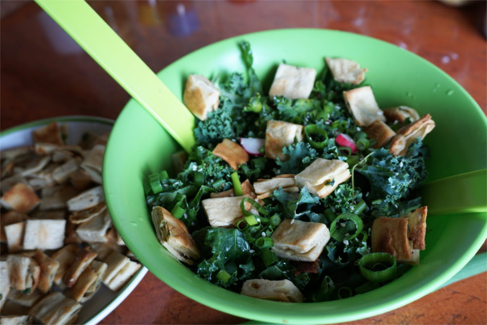 Sałatka z jarmużem i grzankami z zieloną cebulką