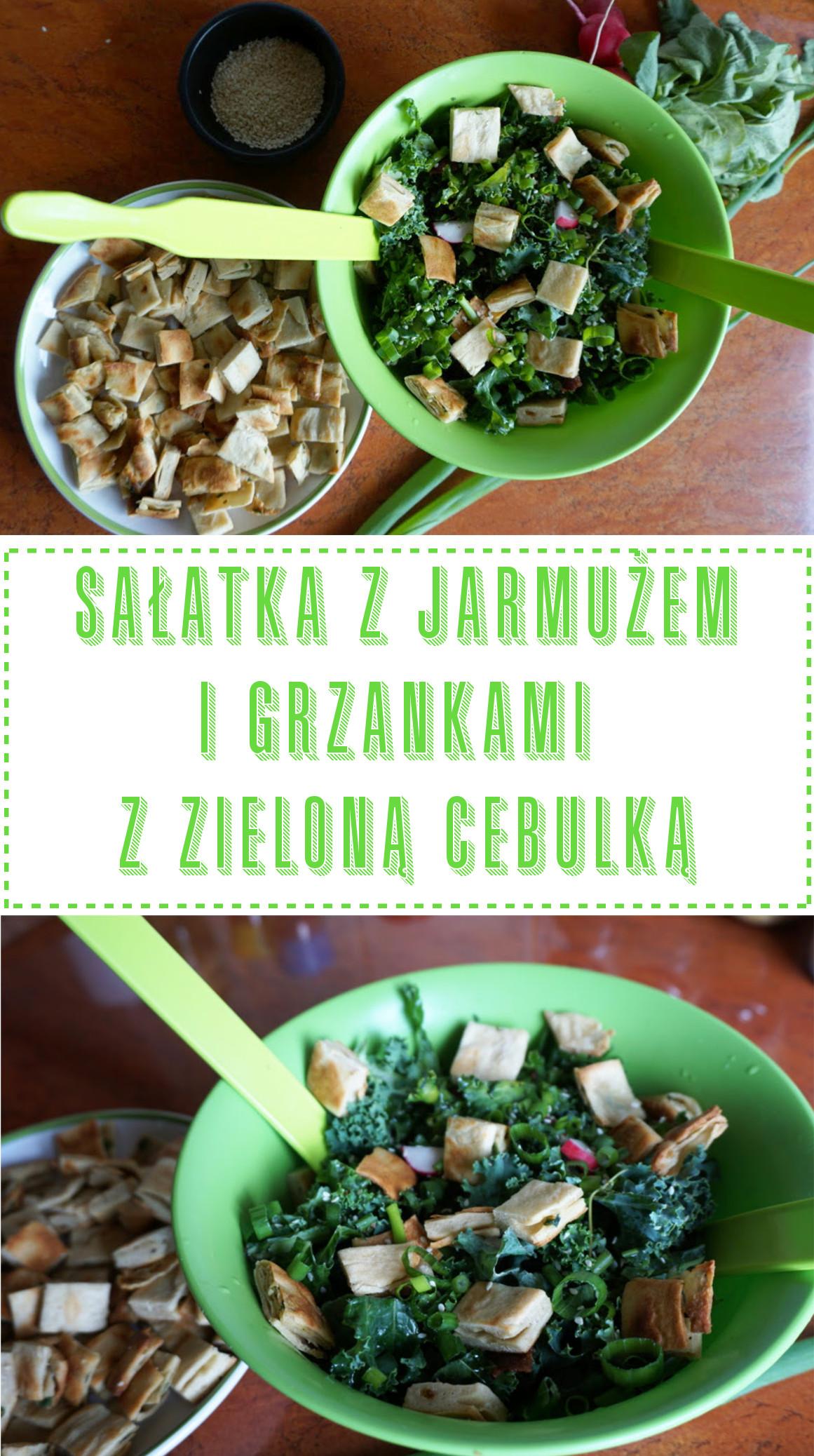 Przepis: Sałatka z jarmużem i grzankami z zieloną cebulką