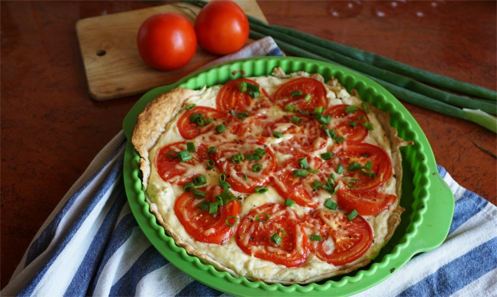 Szybki i prosty przepis: Tarta z pomidorami i szczypiorkiem