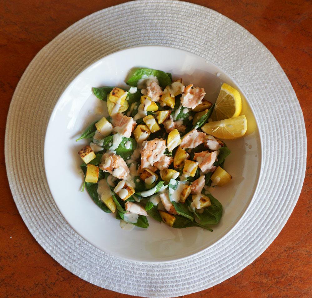 Przepis - Sałatka ziemniaczana ze szpinakiem i łososiem