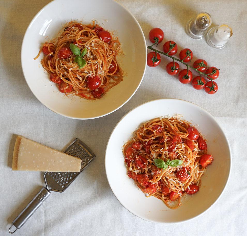 Letnie spaghetti z pomidorkami koktajlowymi, bazylią i parmezanem