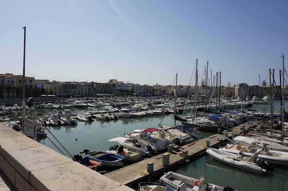 Zwiedzanie Apulii - port w Trani