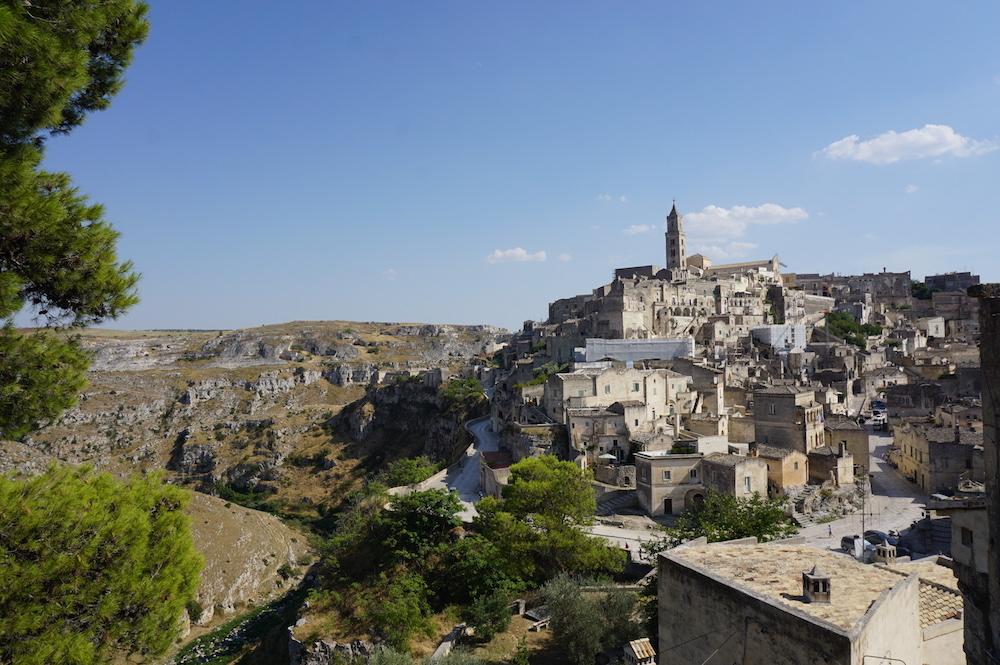 Zwiedzanie Apulii - co warto zobaczyć - miasto w skale Sassi Matera