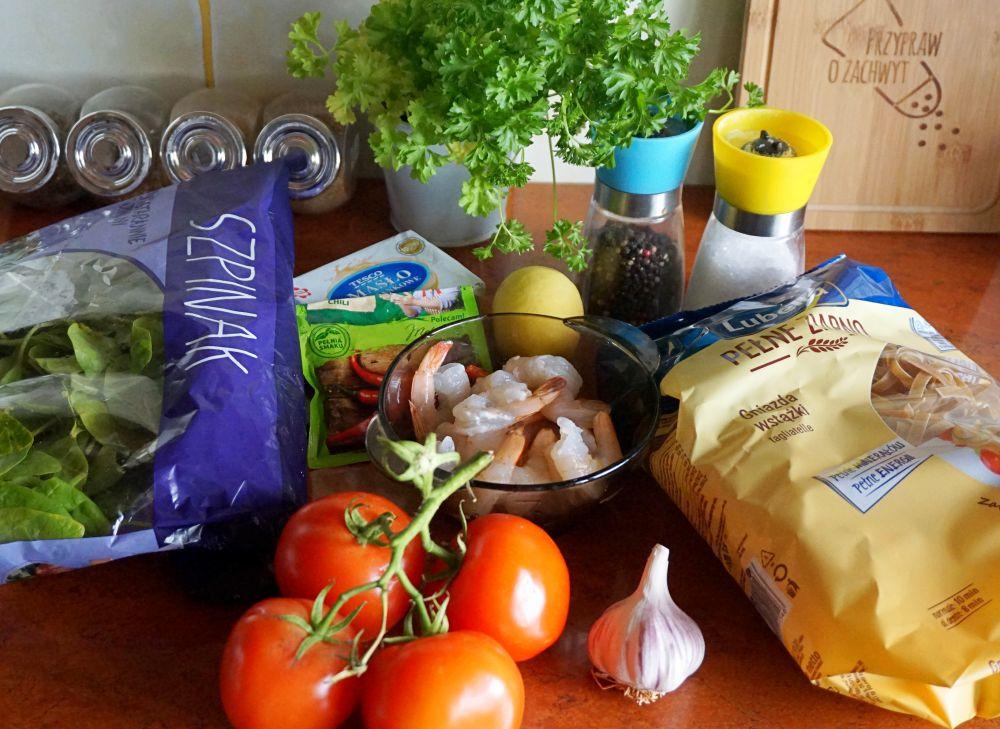 Makaron z krewetkami, szpinakiem i pomidorami w maślano-czosnkowym sosie