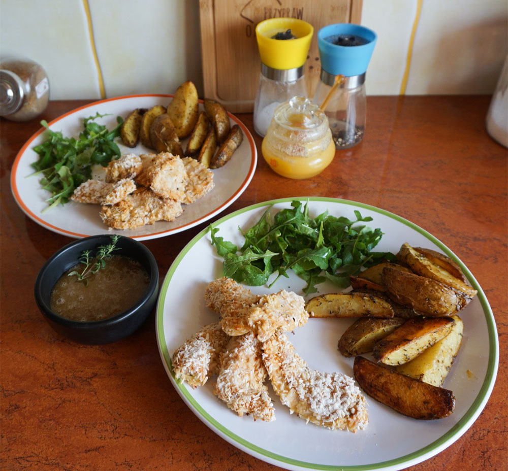 Nuggetsy z kurczaka w wiórkach kokosowych z sosem słodko-ostrym oraz domowymi ziemniaczkami