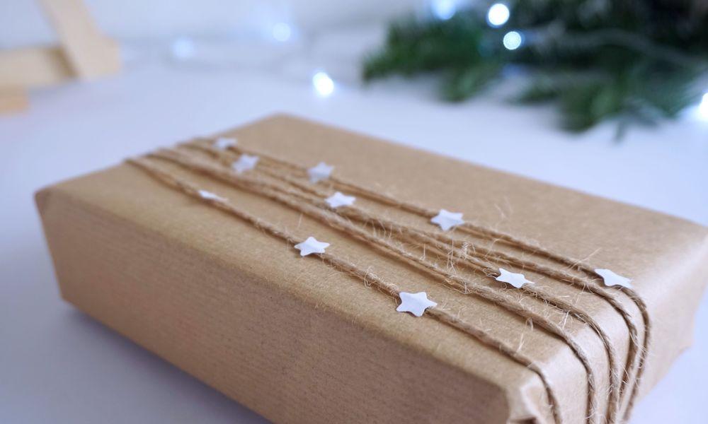 Piękne pakowanie prezentów w szary papier
