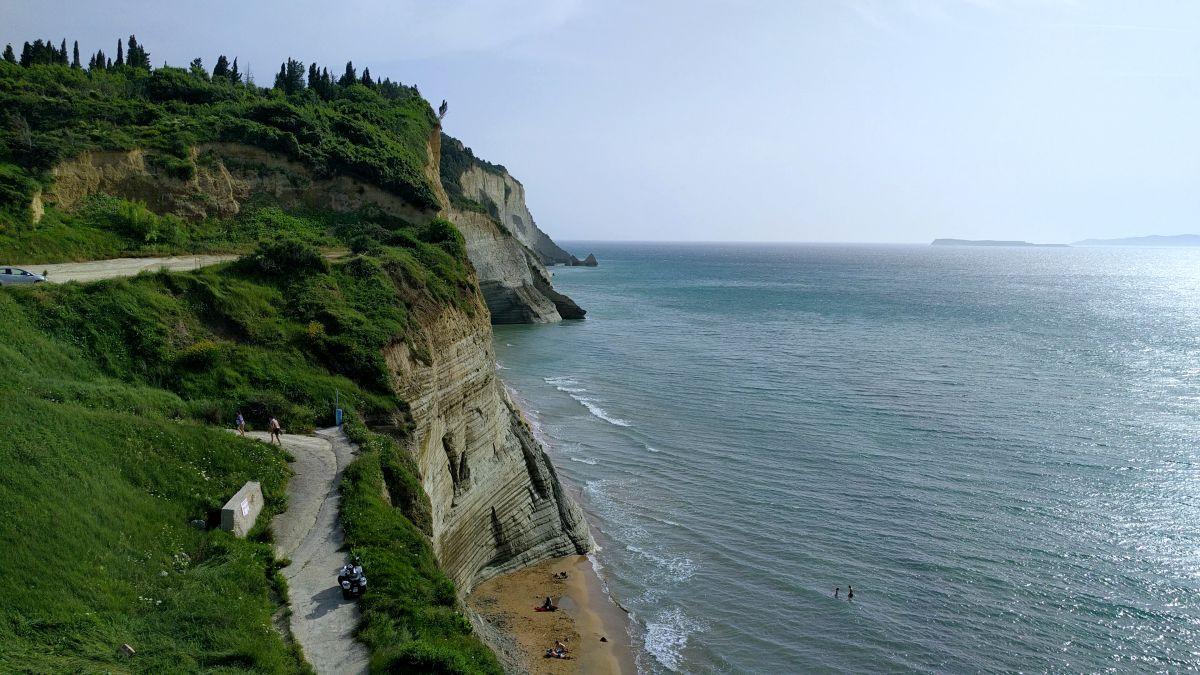 Co zobaczyć na Korfu? Najpiękniejsze miejsca Loggas beach