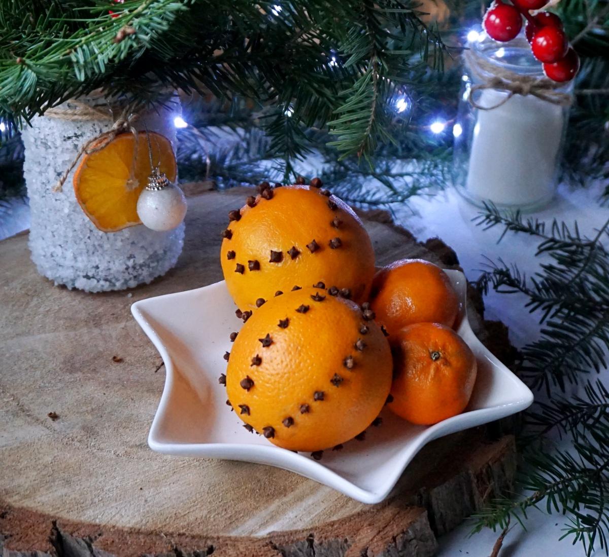 Pomarańcze dekorowane goździkami - dekoracje z pomarańczy