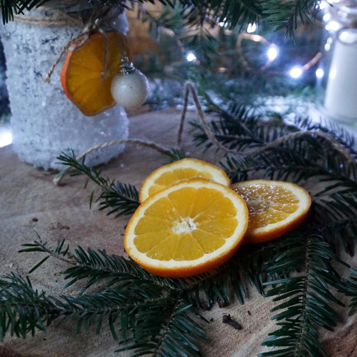 Plastry pomarańczy na choinkę - dekoracje z pomarańczy