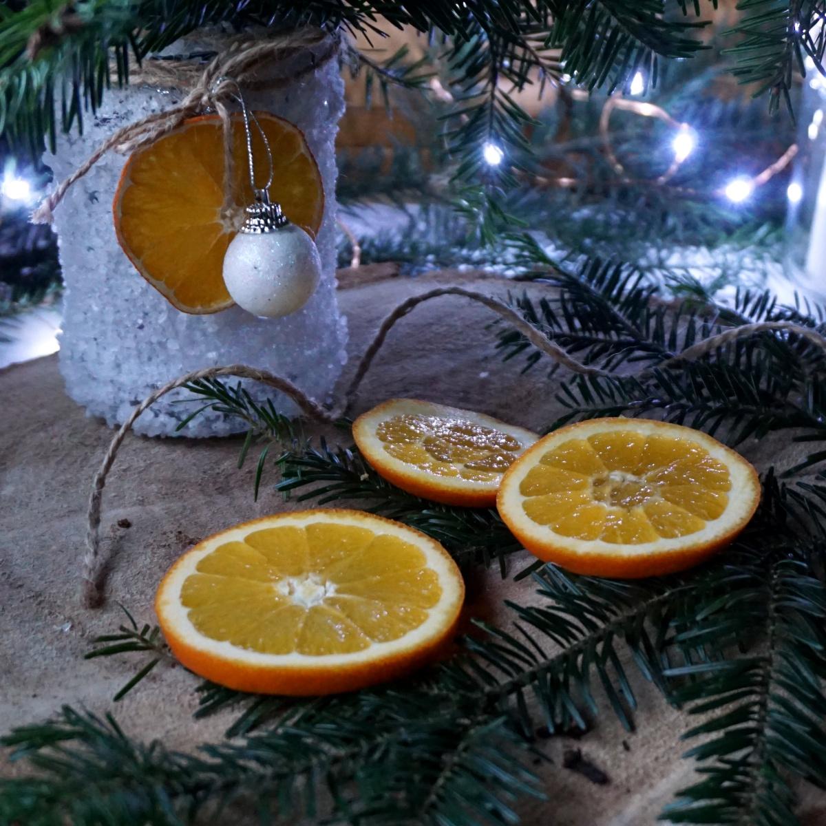 Suszone pomarańcze na choinkę - dekoracje z pomarańczy
