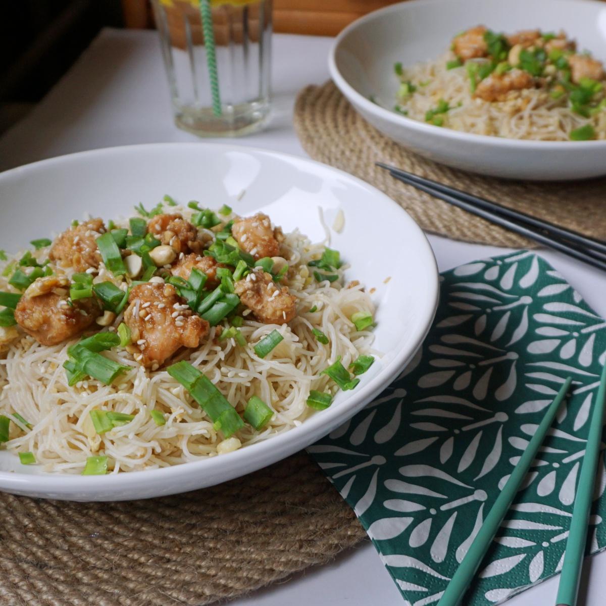 Makaron ryżowy z pieczonym łososiem